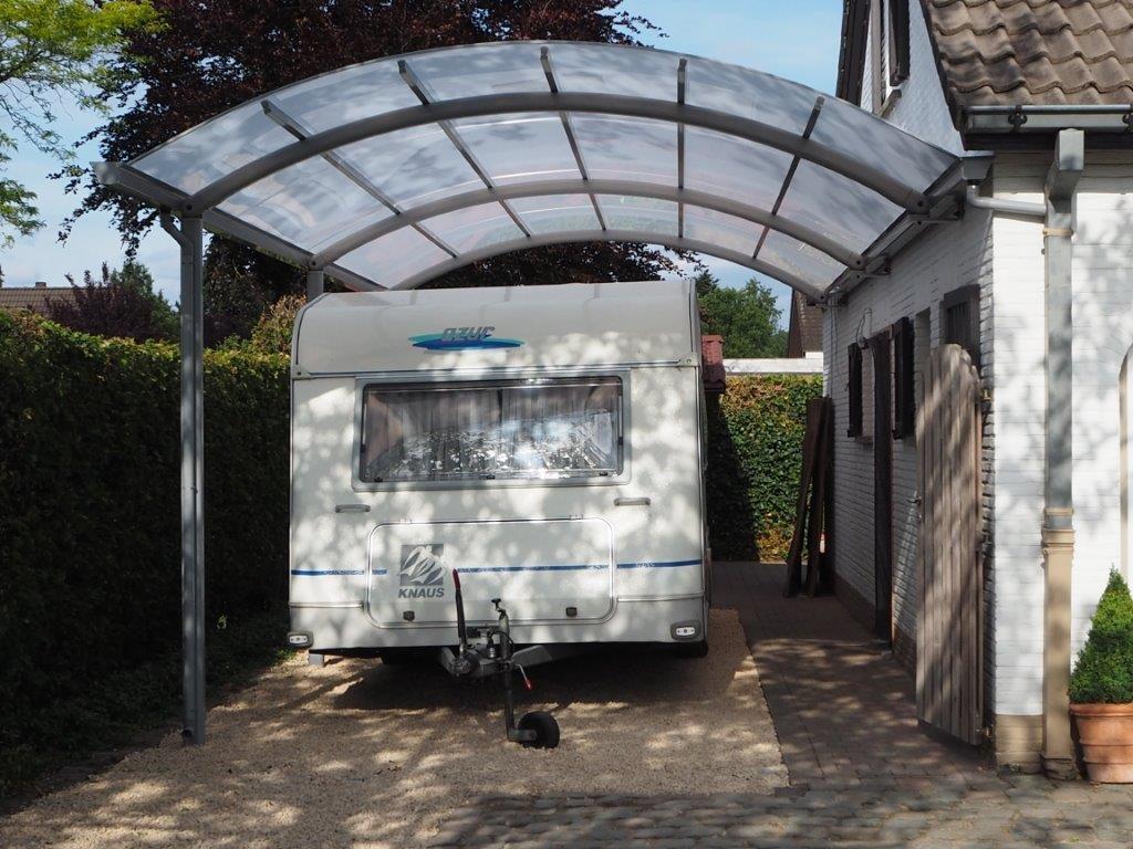 Carport voor Caravan, gebogen goot tegen gevel