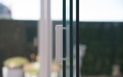 Glazen schuifwanden detail handgreep modern