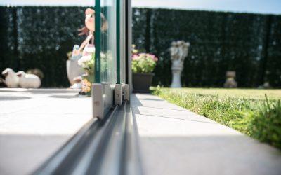 geleidingsysteem glazen schuifwanden gedeeltelijk open
